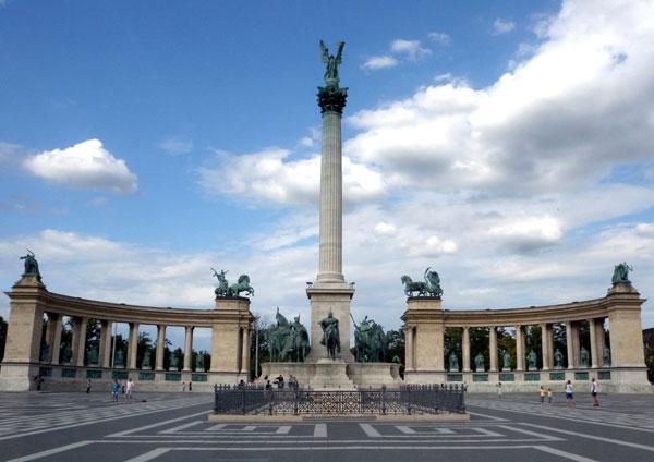 Már a második pontos mása készült Kínában a magyar Hősök terének? – FOTÓK